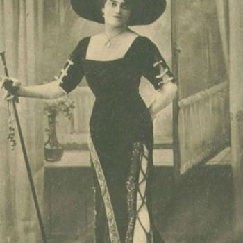 Herren in Damenkleidern um 1900