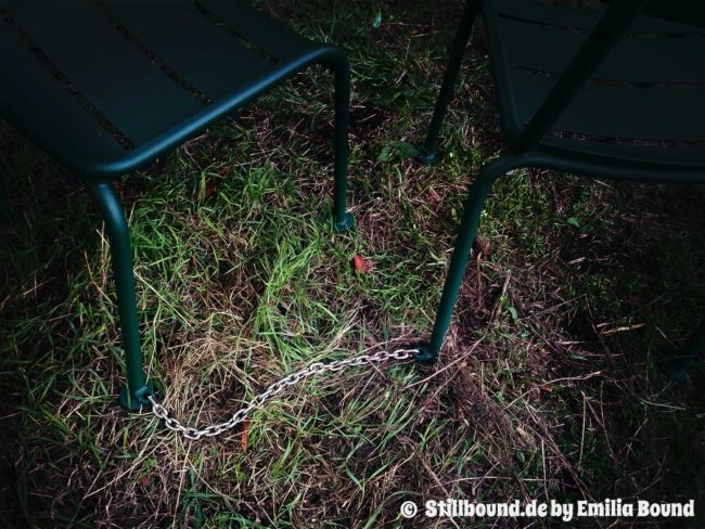 Foto von zwei Stühlen mit Ketten verbunden
