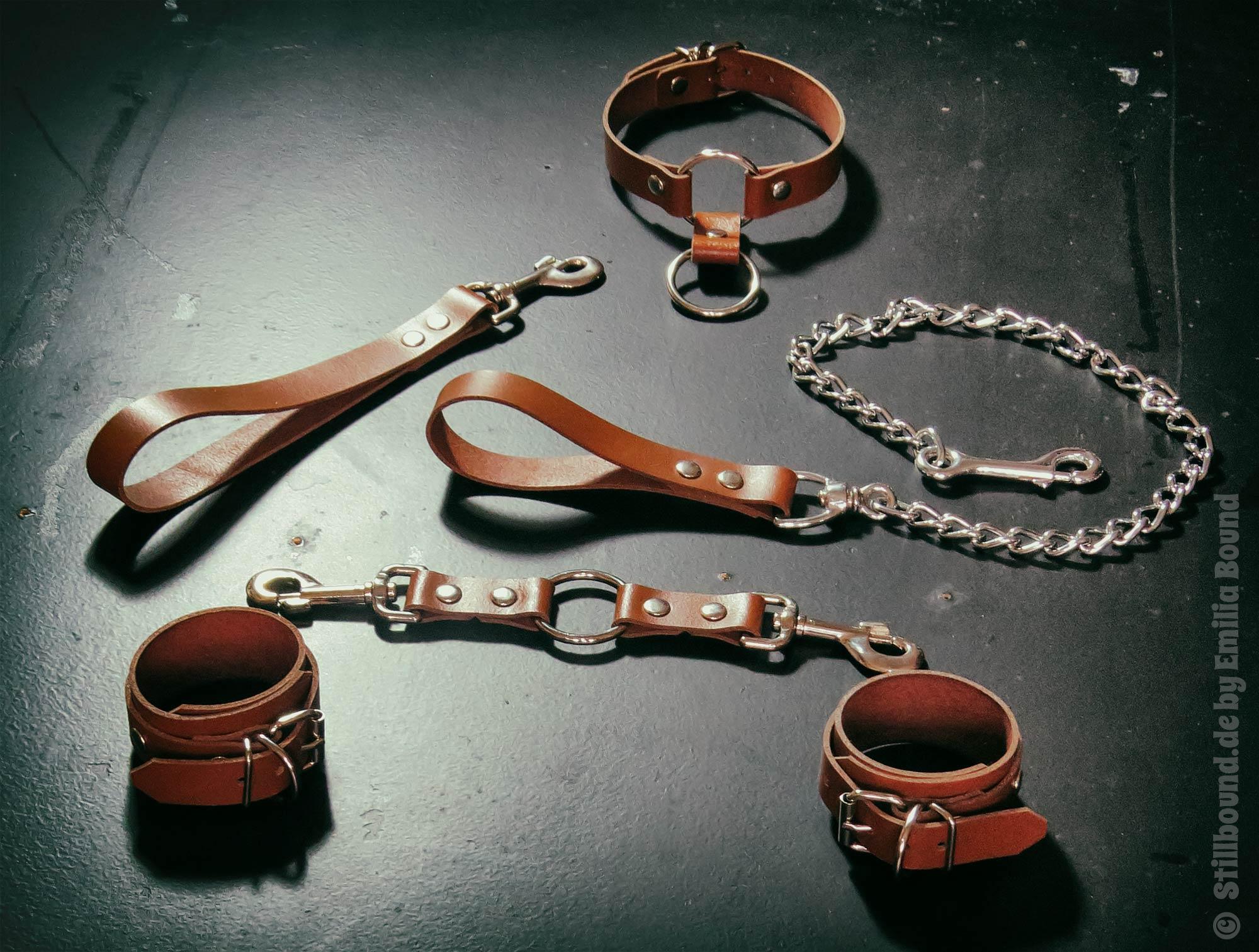 Stillbound Bondageset aus Leder in Braun