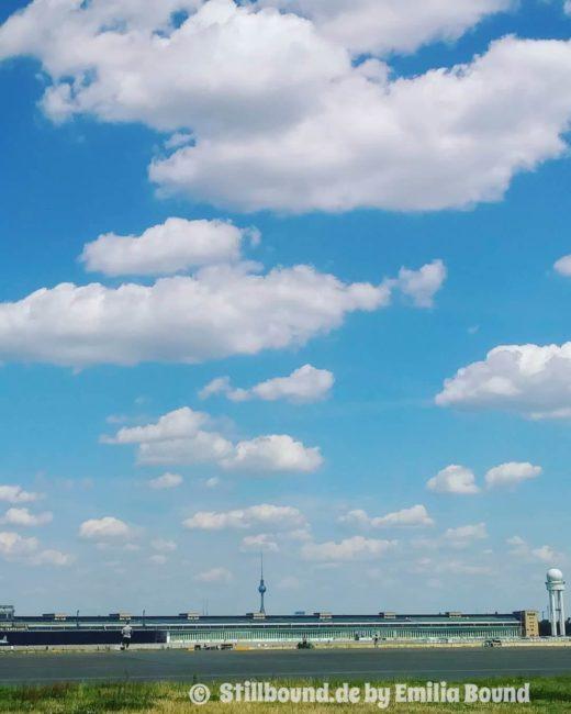 Tempelhofer Freiheit mit Berliner Fernsehturm