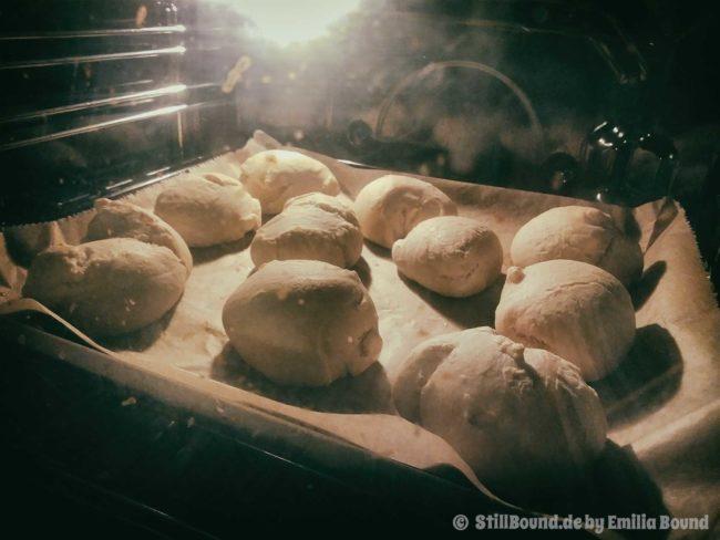 Selbstgebackene Brötchen im Ofen