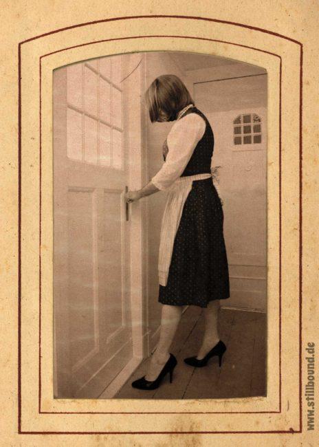 Emilia Bound auf dem Weg in die Küche